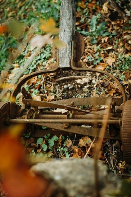 lawn mower with rusted blades
